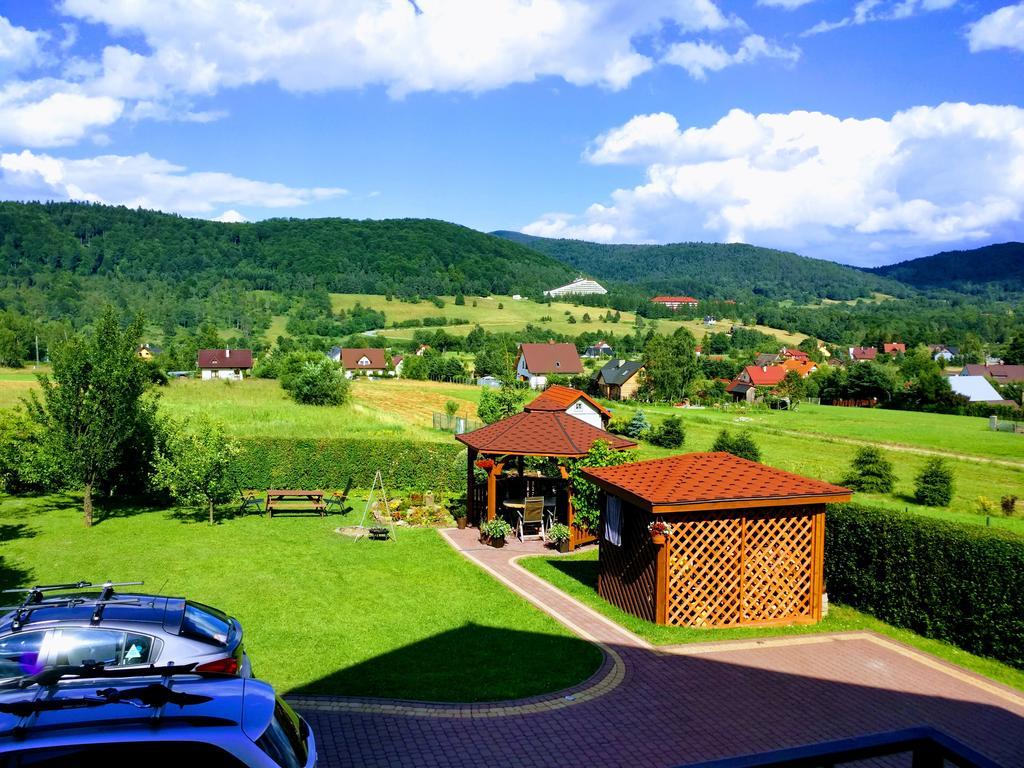 widok z budynku na ogród i altankę