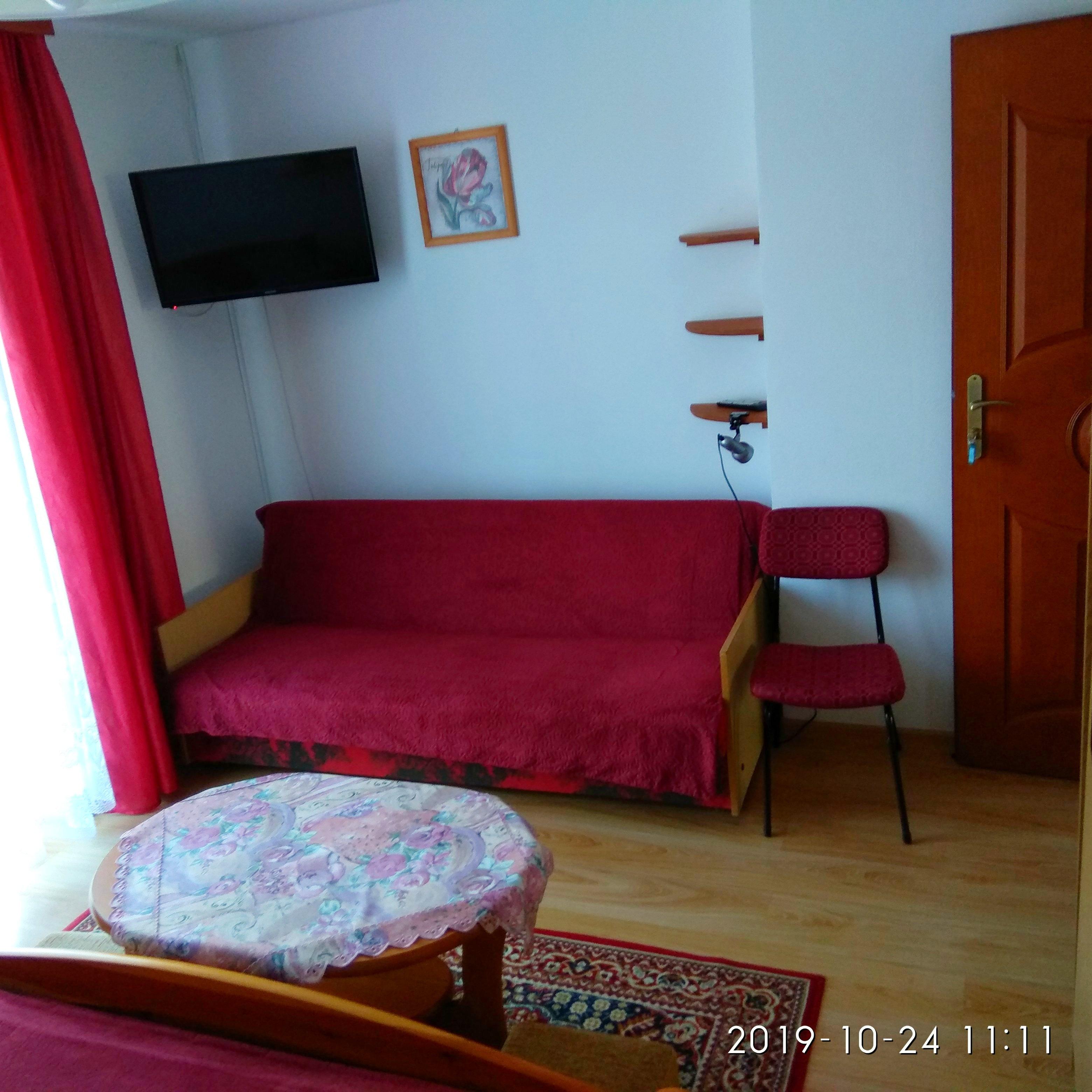 kanapa w pokoju gościnnym